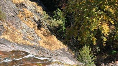 Водопадът Орфей е висок 70 м. , а гледката отгоре спира дъха