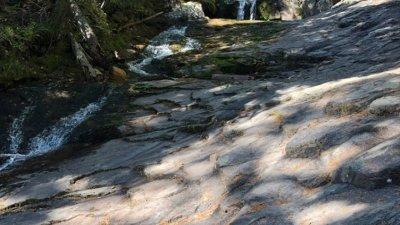Малки водопади и мостове следват един след друг