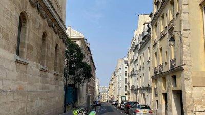 Празни и тихи са улиците във френската столица