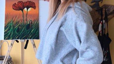 Ася Петрова рисува с акрил натюрморт с макове