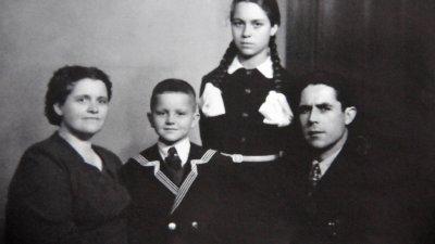 Емил с родителите и сестра си