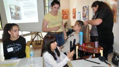 Ученици от СУ Петко Росен показаха уменията си на фризьори