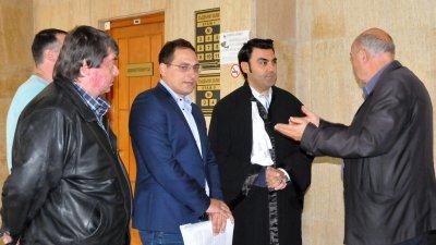 Теодор Шейков (в средата) няма да участва в изборите за кмет в Бургас