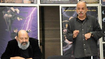 Бойко Богданов (вдясно) поставя Свекърва по покона на директора на театъра Борислав Чакринов