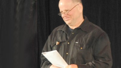 Писателят Михал Вешин връчи майсторско свидетелство на Вълчев от името на в-к Стършел.