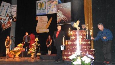 Със символично запалване на свещички завърши музикално - поетичният спектакъл, посветен на 80-годишнината на Ваньо Вълчев.
