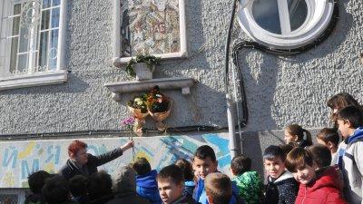 Третокласници поставиха цветя на паметната плоча пред гимназията