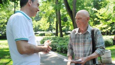 Кметът на Бургас Димитър Николов (вляво) разговаря с Васил Банов