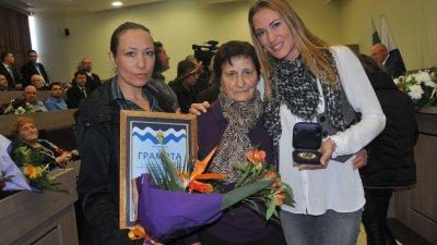 Дъщерите на Руси Стоянов и майка му получиха отличието, което е присъдено на художника посмъртно