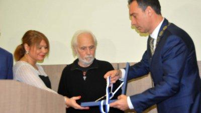 Проф. Чалдъков с Ключа от кулата на Община Бургас