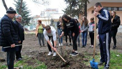 """В акцията в СУ """"Иван Вазов"""" се включиха ученици от VIII клас"""