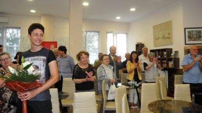 Публиката стана на крака и аплодира участниците в пресъздаването на историческия миг от 1908 година. Снимка Лина Главинова