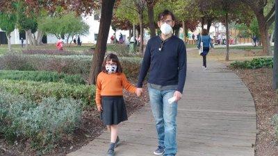 Предпазните маски са задължителни и навън