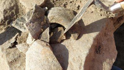 Части от глинен съд, които ще бъдат почистени и предмета реставриран