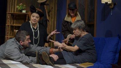 Димитрина Тенева (вляво) си партнира с Антоанета Кръстникова (вдясно) в спектакъла. Снимки ДТ Адриана Будевска