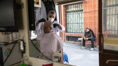В бръснарските и фризьорски салони в Къркларери се работи с лични предпазни средства. Снимки Cemre Gökçe