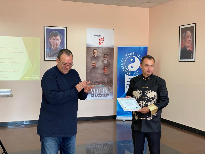 Стефан Колев (двясно) връчи грамота на д-р Дориян Александров. Снимки БФУ