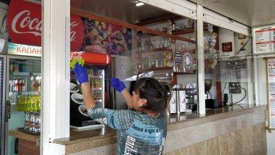 Част от персонала на заведения в Морската градина почистват основно и се подготвят за 1 март. Снимки Авторът