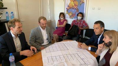 Кметът на Бургас Димитър Николов (вдясно) се срещна с управителя на компанията - Ролф Лийбенайнер и мениджъра - инж. Андреас Мьолер. Снимки Община Бургас