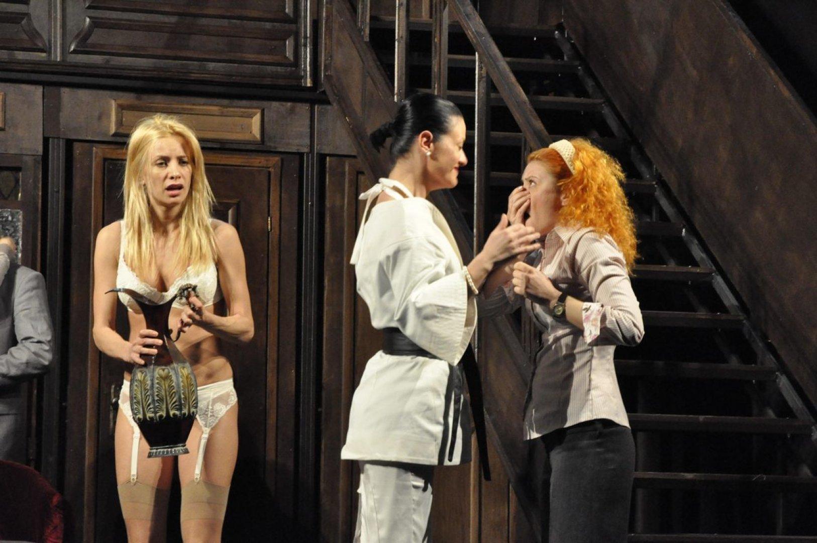 Яна Маринова се съблича на театралната сцена