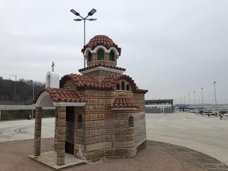 Параклисът се издига на рибарското пристанище
