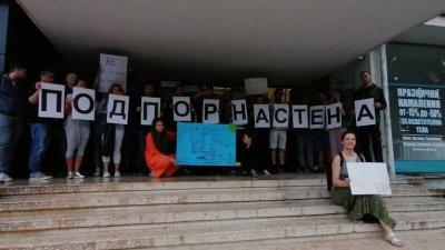 Въпреки дъжда бургазлии се събраха на мирен протест. Снимки Черноморие-бг
