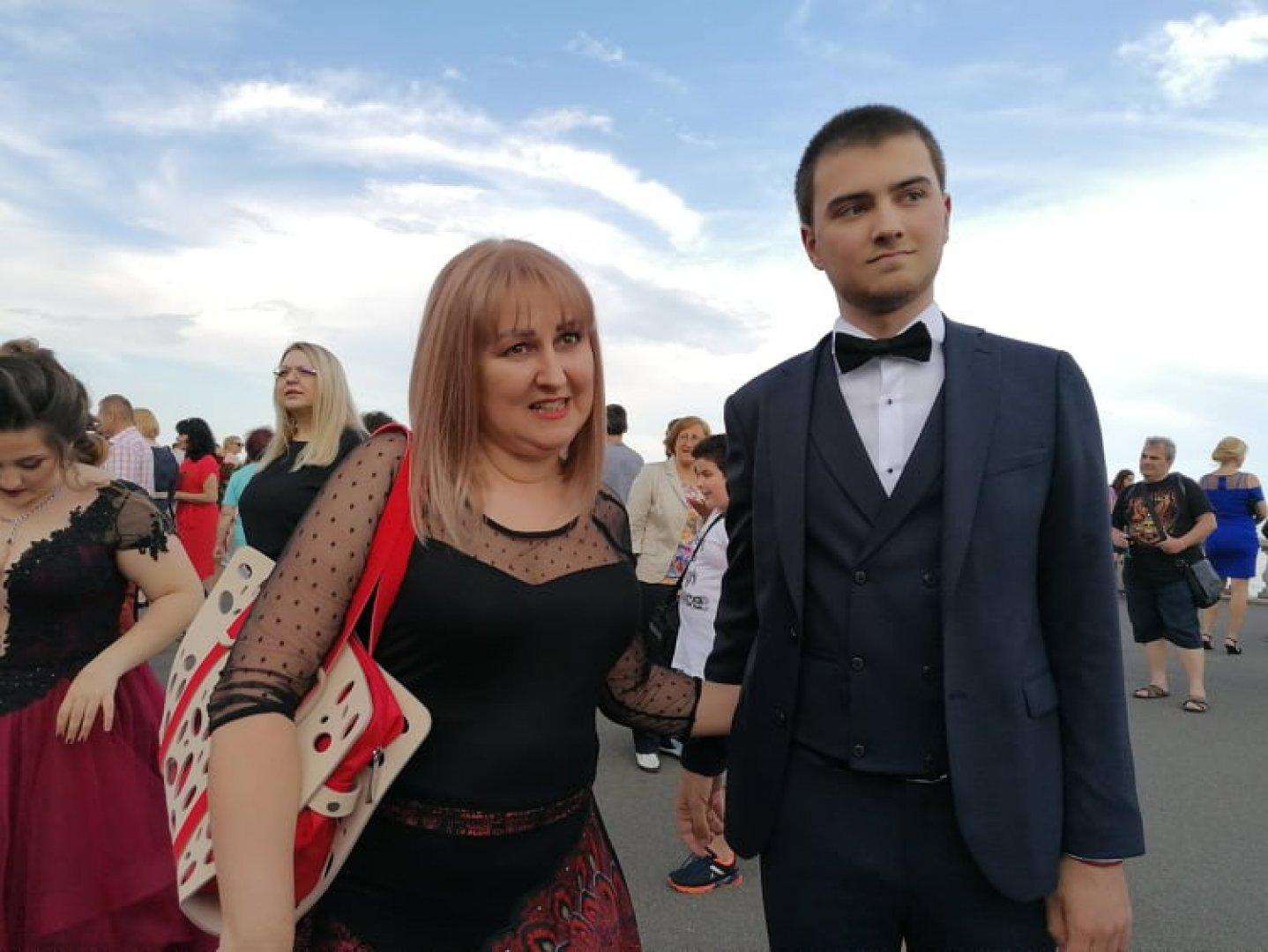 Весна Балтина позира гордо до своя син Виктор. Снимки Черноморие-бг