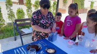 Децата се учиха днес как се аранжира маса