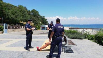 Униформените успяха да свалят мъжа от втория етаж на Моста. Снимки Женя Петкова