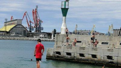 Бургазлии не се замислят, че скока в морето може да се окаже опасен