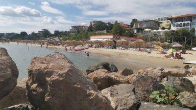 Плажът в Свети Влас се радва на туристи предимно през почивните дни. Снимка Черноморие-бг