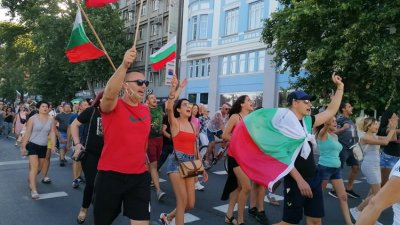 Шествието мина по площад Царица Йоана в Бургас. Снимки Черноморие-бг