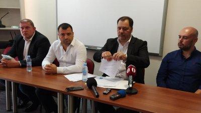 Нов вот ще успокои страстите, смята Георги Манев (вторият отдясно наляво). Снимка Авторът