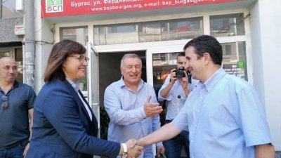 Корнелия Нинова се ръкува с общинския председател на БСП в Бургас Живко Господинов. Снимки Черноморие-бг