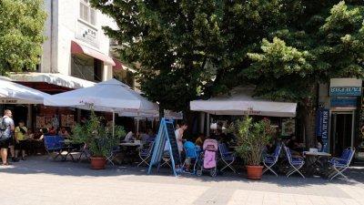 Клиентите на заведенията са с почти залепени гърбове, заради неспазване на дистанцията. Снимки Черноморие-бг
