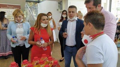 Зам.-министър Василева (втората отляво надясно) разговаря с участниците във винения фестивал. Снимки Авторът