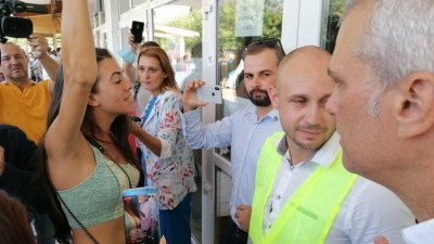Съветници и членове на СЕК блокираха достъпа до залата. Снимки Черноморие-бг
