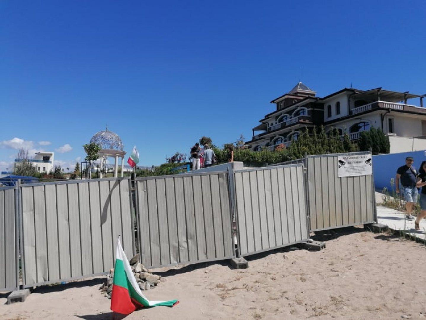 При проверката е констатирано, че строителната ограда на строежа не е поставенасъгласно одобрения План за безопасност и здраве. Снимки Черноморие-бг