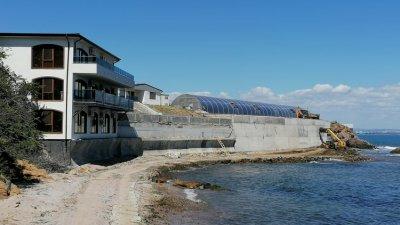 Става въпрос за премахване на незаконен строеж - триетажна масивна сграда. Снимка Черноморие-бг