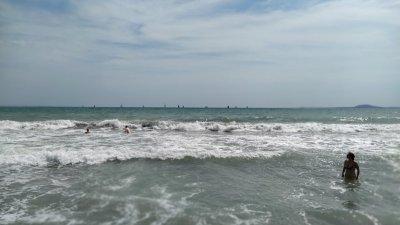 Заради бурното море през последните дни, флагът на плажовете е червен. Снимка Десислава Георгиева