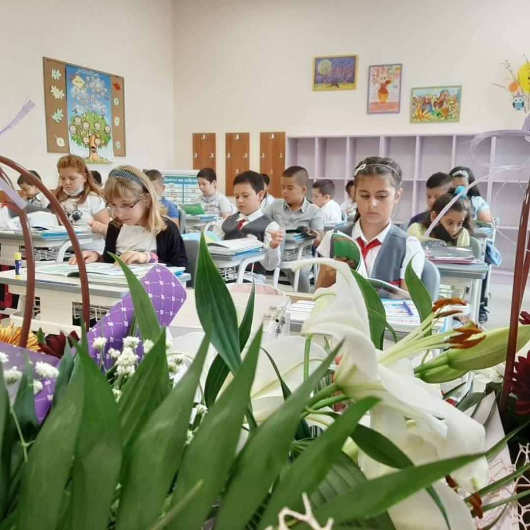 С тържество за първи и пети клас започна учебната година в ОУ Найден Геров