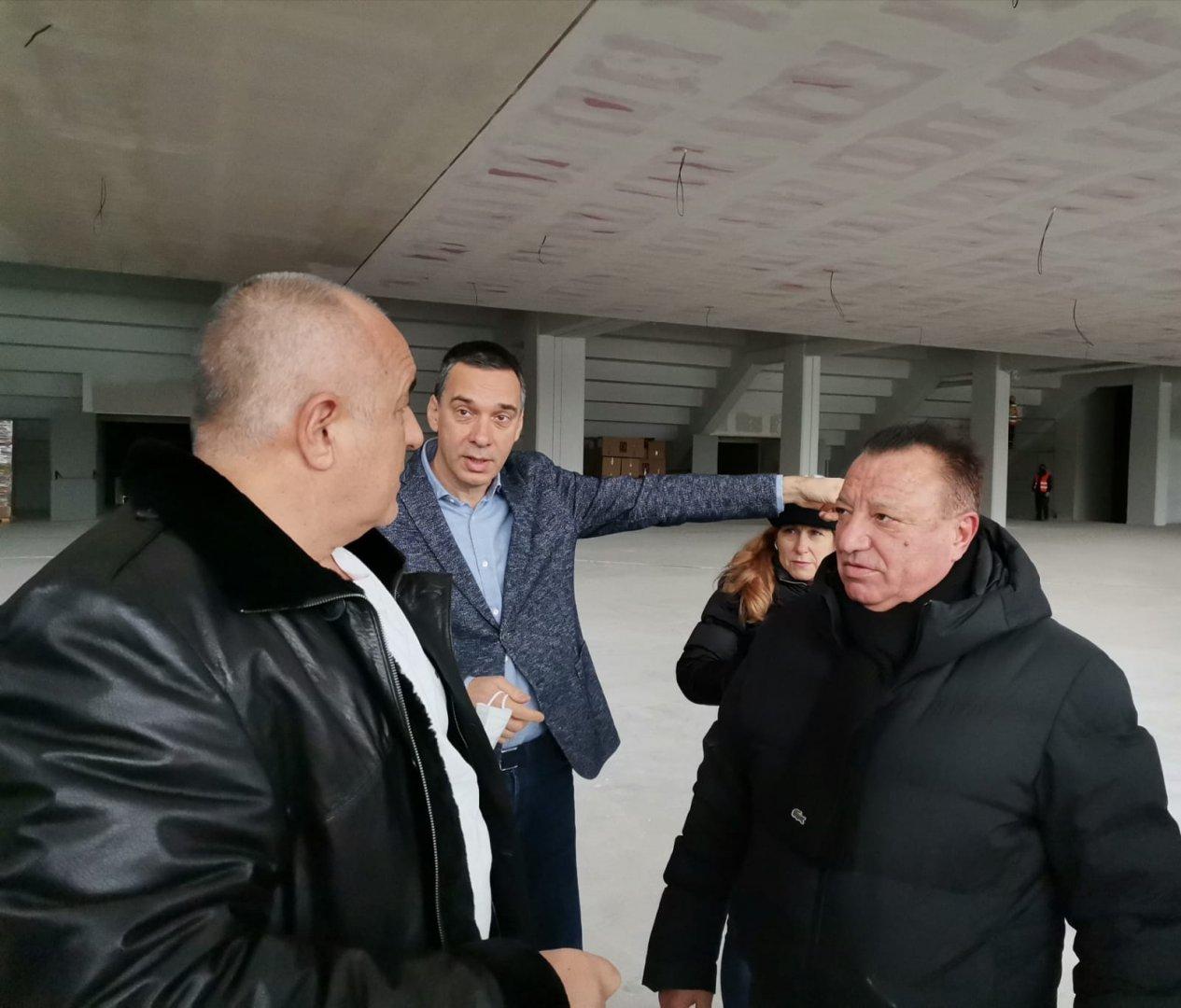 Искам така да направите квартала около залата, че на хората да им е драго, подчерта премиерът Борисов (вляво) пред кмета на Бургас Димитър Николов (в средата). Снимка Министерски съвет