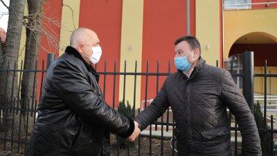 Премиерът Борисов (вляво) посети Младежкия център в Сливница. Снимки Министерски съвет