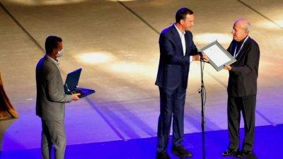 Кметът на Бургас Димитър Николов връчи отличието на маестро Минчо Минче. Снимки Държавна Опер - Бургас