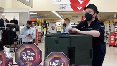 Служители в магазините следят клиентите да са с маски при влизане. Снимки Наташа Гочева