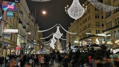 Жителите на Виена бързат да напазаруват и да се приберат преди вечерния час. Снимки Деница Кралева