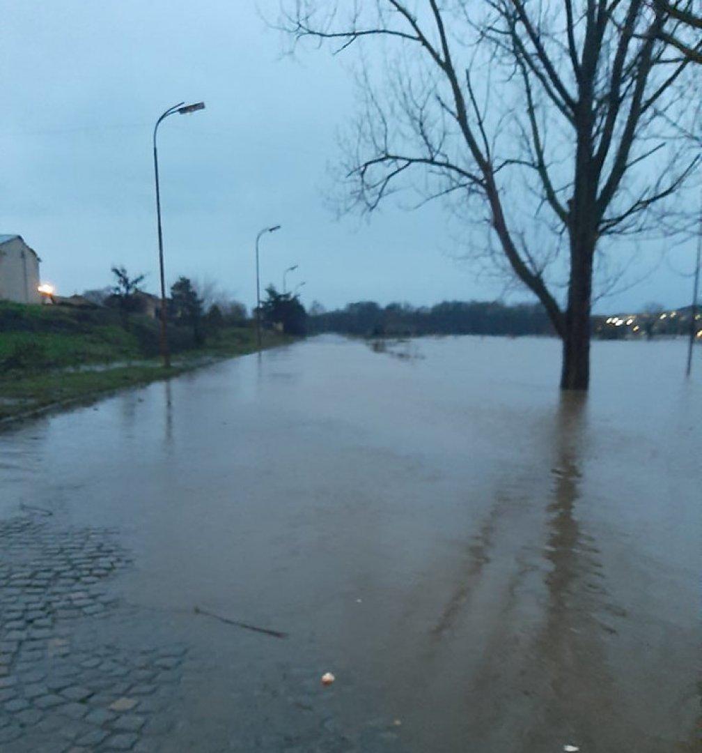 Водата заля и пътя към автогарата в Средец