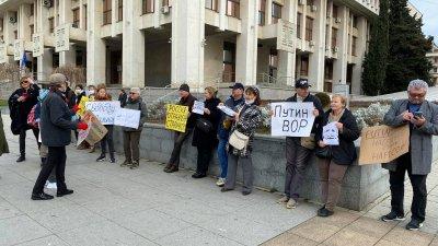 Близо 30 руснаци, които живят в Бургас, протестираха днес срещу задържането на Алексей Навални. Снимки Валентина Радостинова