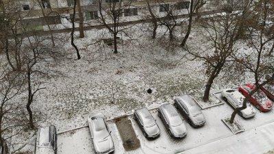 Бургас осъмна с първата си снежна покривка тази зима