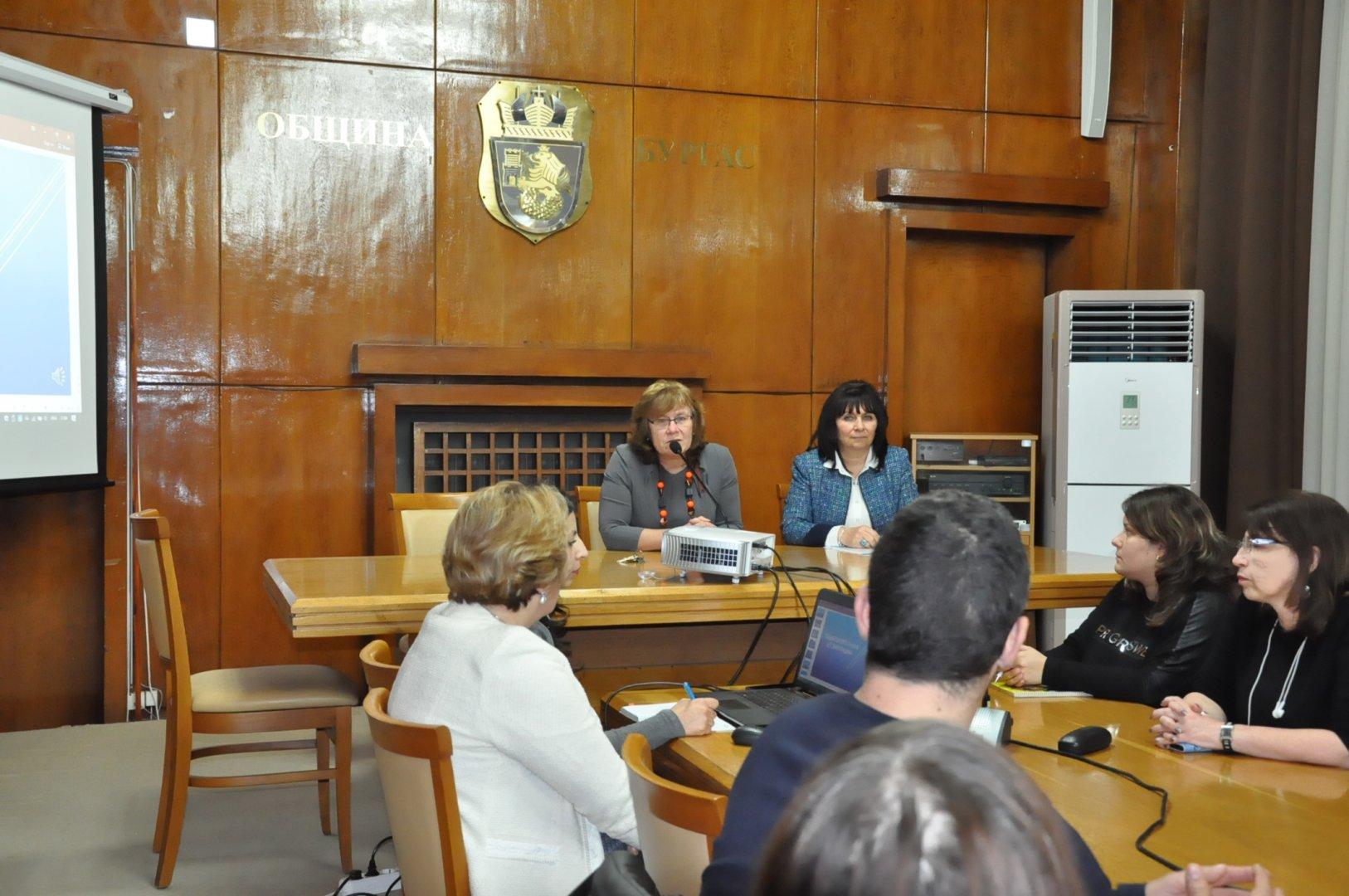 Зам.-кметът Йорданка Ананиева (вляво) разясни общинските програми. Снимка Община Бургас